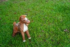 在绿色玻璃领域,拷贝空间的马玩具 免版税库存照片