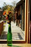 在绿色瓶的家庭装饰花束在窗口光,拷贝空间 库存图片