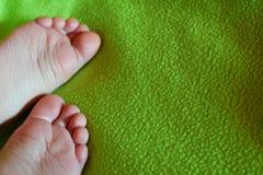 在绿色的儿童赤脚 免版税库存照片