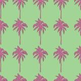 在绿色背景无缝的样式的桃红色棕榈树 免版税库存照片