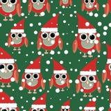 在绿色背景无缝的样式的猫头鹰圣诞老人 皇族释放例证