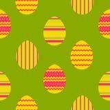 在绿色背景的五颜六色的复活节彩蛋样式 图库摄影