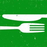 在绿色背景的刀叉餐具 图库摄影