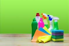 在绿色背景的各种各样的清洗的项目 免版税库存图片