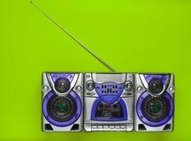 在绿色背景的守旧派减速火箭的录音机 过时技术 简单派趋向  顶视图 免版税图库摄影