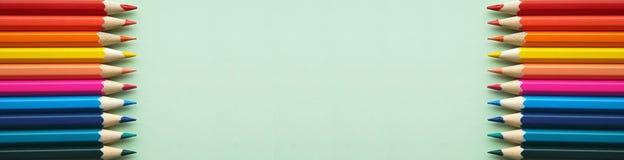 在绿色背景的明亮的铅笔 库存照片