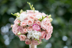 在绿色背景的桃红色和白色婚礼花束 免版税库存图片