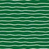 在绿色背景的水平的手拉的有机乱画线 模式无缝的向量 为文具完善 皇族释放例证