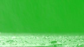 在绿色背景的表面暴雨 现实雨和水滴有色度关键绿色屏幕背景 向量例证