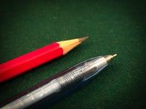 在绿色背景的铅笔 免版税库存图片