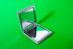 在绿色背景的镜子 库存照片