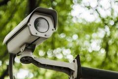 在绿色自然bokeh backgro的一台闭路电视照相机 免版税库存图片