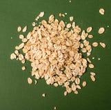 在绿色色背景的燕麦 免版税库存照片