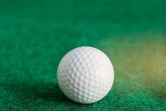 在绿色草坪的高尔夫球 免版税库存图片
