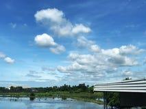 在绿色草甸的广角云彩有下农场的工厂的 图库摄影