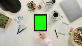 在绿色触摸屏幕的手指卷动 股票视频