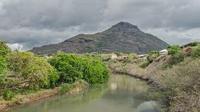 在绿色银行之间的一条河 库存图片