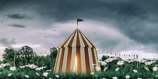 在绿色领域的马戏场帐篷 库存照片