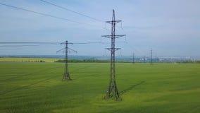 在绿色领域的高压力量定向塔 影视素材