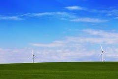 在绿色领域,美丽的天空的风车 库存照片