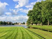 在绿色风景和多云天空的什未林城堡 免版税图库摄影