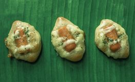 在绿色香蕉叶子早餐膳食的香肠馅饼孩子的 免版税库存照片