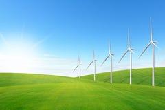 在绿草域的风轮机 免版税库存照片