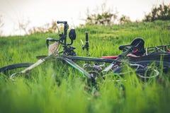 在绿草的两辆体育自行车谎言 图库摄影