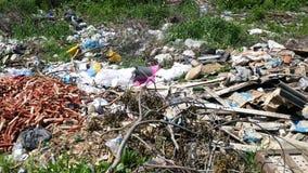 在绿草的垃圾 免版税库存照片