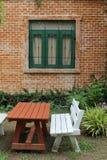 在绿草的室外木家具 免版税库存图片