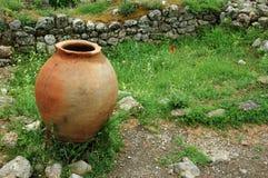 在绿草的希腊语水罐 免版税图库摄影