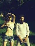 在绿草的性感的年轻夫妇 库存图片
