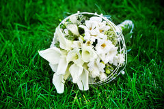 在绿草的空白婚礼花 库存照片