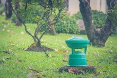 在绿草的绿色庭院灯在公园 免版税图库摄影