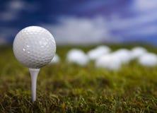 在绿草的高尔夫球在蓝天 免版税库存图片
