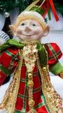 在绿金和红色服装的圣诞节矮子有一愉快微笑的 免版税库存照片