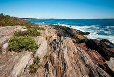 在缅因海岛上的岩石海岸 免版税库存图片
