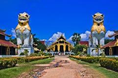 在缅甸样式的泰国宫殿寺庙 库存照片
