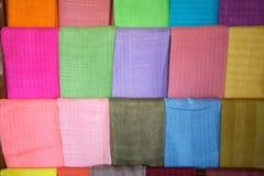 在缅甸的莲花和丝绸纺织品 免版税库存图片