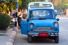 在缅甸的蓝色出租汽车 免版税图库摄影
