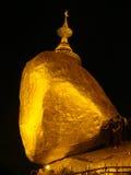 在缅甸的Kyaikhtiyo金黄岩石在晚上 免版税图库摄影