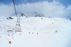 在缆索铁路下的滑雪者在滑雪场 免版税库存照片