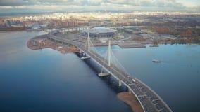在缆绳被停留的漂浮在海的桥梁和船的空中风景汽车通行 股票录像