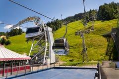 在缆车的游客旅行对Planai自行车和滑雪地区2017年8月15日在施拉德明,奥地利 库存图片