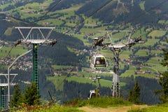 在缆车的游客旅行对Planai自行车和滑雪地区2017年8月15日在施拉德明,奥地利 免版税库存图片
