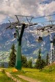 在缆车的游客旅行对Planai自行车和滑雪地区2017年8月15日在施拉德明,奥地利 免版税图库摄影