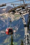 在缆车的游客旅行对Planai自行车和滑雪地区2017年8月15日在施拉德明,奥地利 库存照片