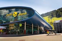 在缆车驻地行星Planai前面的游人在自行车和滑雪地区在施拉德明,奥地利 库存照片