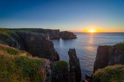 在缆绳约翰小海湾纽芬兰的剧烈的日出峭壁 在大西洋的破晓 库存照片