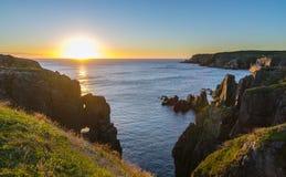 在缆绳约翰小海湾纽芬兰的剧烈的日出峭壁 在大西洋的破晓 免版税库存图片